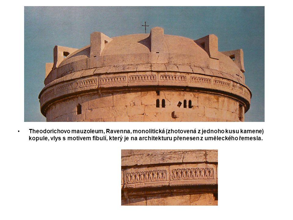 Theodorichovo mauzoleum, Ravenna, monolitická (zhotovená z jednoho kusu kamene) kopule, vlys s motivem fibulí, který je na architekturu přenesen z uměleckého řemesla.