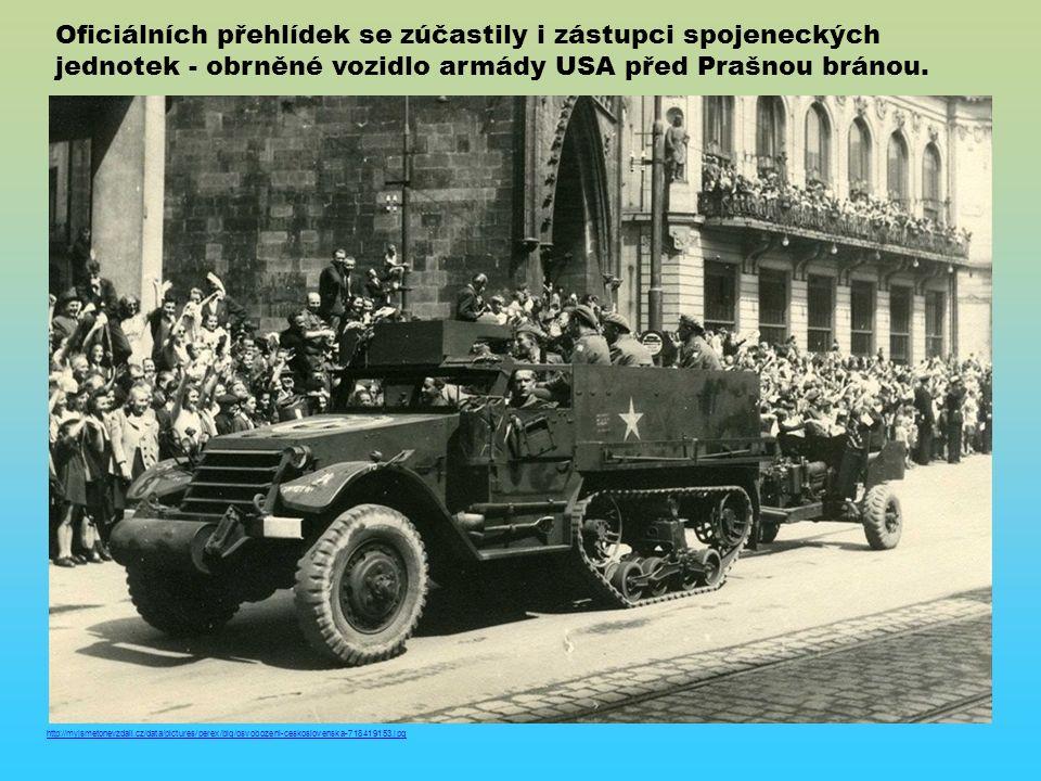 Oficiálních přehlídek se zúčastily i zástupci spojeneckých jednotek - obrněné vozidlo armády USA před Prašnou bránou.
