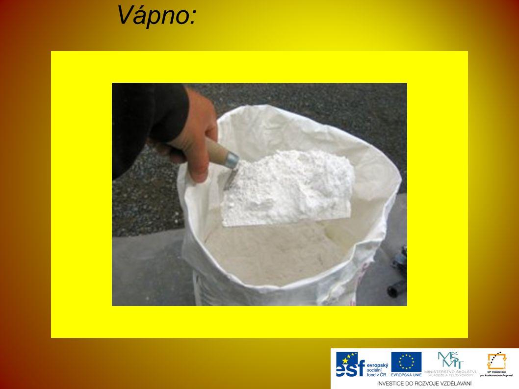 SÁDRA ● vyrábí se termickým rozkladem sádrovce takzvaným vařákovým způsobem při 130-150 °C ● materiálem pro výrobu může být také odpad po odsíření spalin z tepelných elektráren (energetický sádrovec) ● v přírodě se hemihydrát síranu vápenatého vyskytuje jako minerál bassanit, nejčastěji ve formě mikroskopických jehličkovitých transparentních krystalů, takže makroskopicky se jeví jako bílý a má i bílý vryp; ve vlhké atmosféře hydratuje na sádrovec