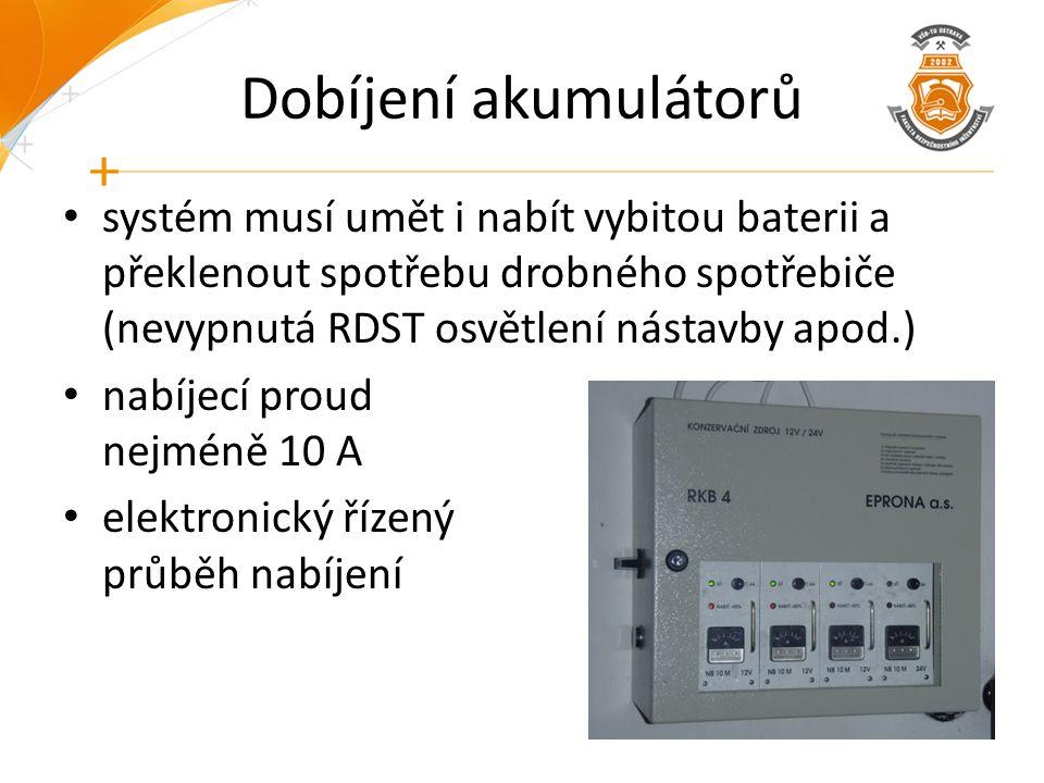Dobíjení akumulátorů systém musí umět i nabít vybitou baterii a překlenout spotřebu drobného spotřebiče (nevypnutá RDST osvětlení nástavby apod.) nabí