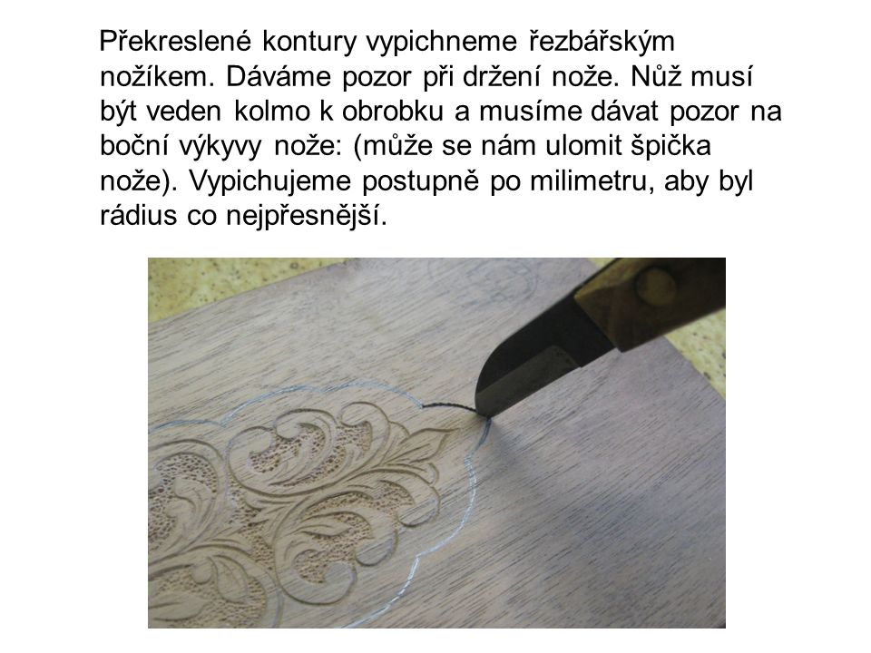 Překreslené kontury vypichneme řezbářským nožíkem.