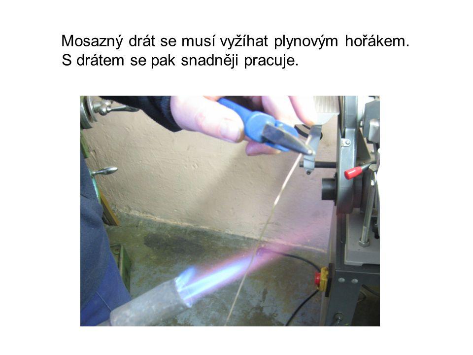Mosazný drát se musí vyžíhat plynovým hořákem. S drátem se pak snadněji pracuje.