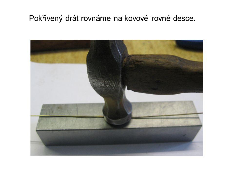 Pokřivený drát rovnáme na kovové rovné desce.
