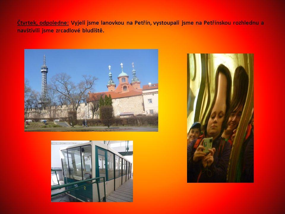 Čtvrtek, odpoledne: Vyjeli jsme lanovkou na Petřín, vystoupali jsme na Petřínskou rozhlednu a navštívili jsme zrcadlové bludiště.