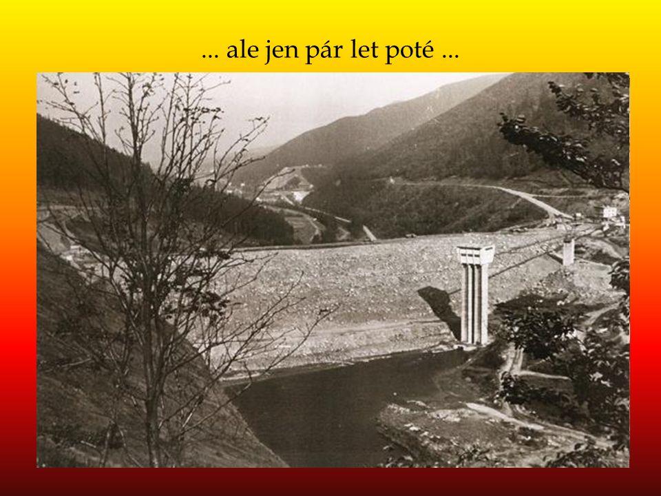 """Železniční stanice """"Ostravice - Šance"""" ležela na levém břehu Ostravice (na snímku), ale její starší pojmenování """"Šance – Řečice"""" též respektovalo i je"""