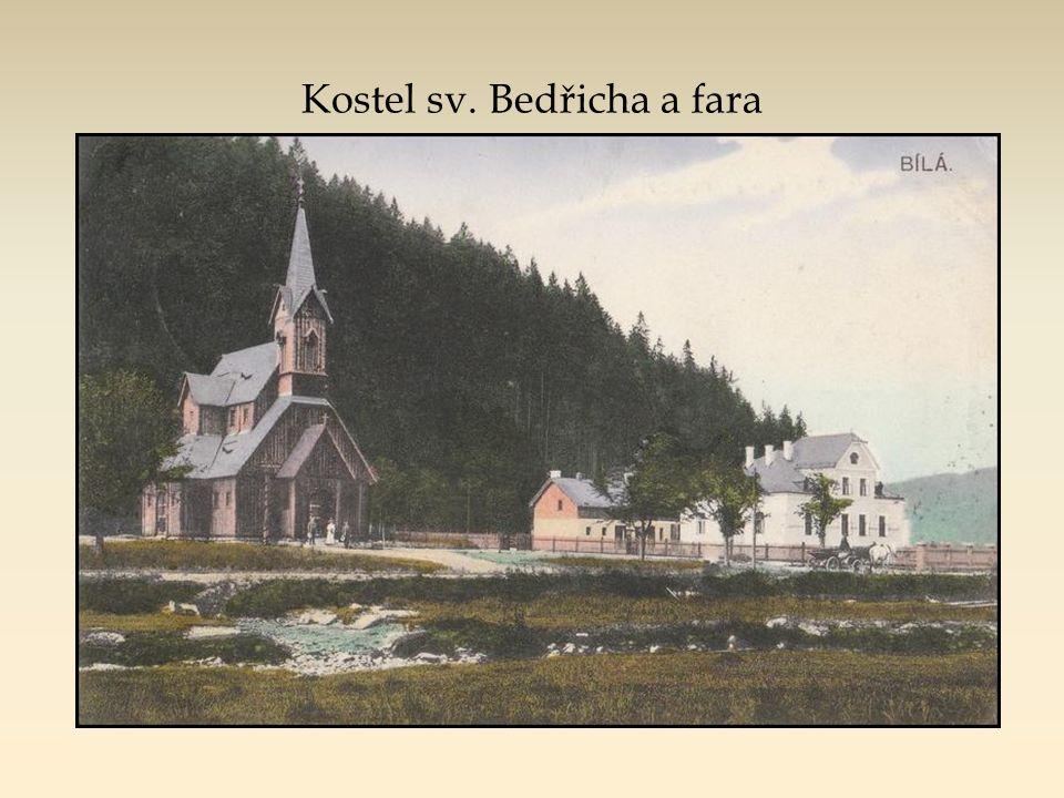 """Bílá kdysi: kostel, fara, lesnická škola, hotel Pokrok a v popředí """"dřeviště - překladiště"""" (nikoli pila!)... i úzkorozchodná lokomotiva"""