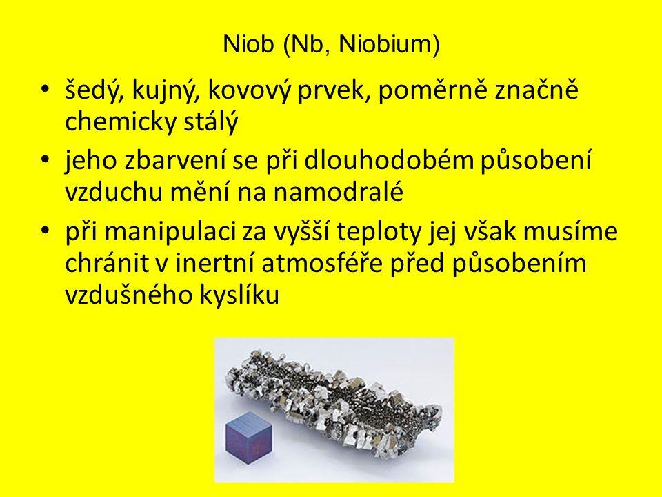 Niob (Nb, Niobium) šedý, kujný, kovový prvek, poměrně značně chemicky stálý jeho zbarvení se při dlouhodobém působení vzduchu mění na namodralé při ma