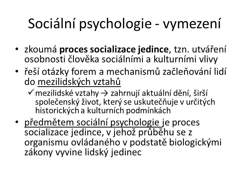 Sociální psychologie - vymezení zkoumá proces socializace jedince, tzn. utváření osobnosti člověka sociálními a kulturními vlivy řeší otázky forem a m