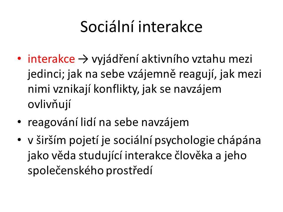 Sociální interakce interakce → vyjádření aktivního vztahu mezi jedinci; jak na sebe vzájemně reagují, jak mezi nimi vznikají konflikty, jak se navzáje