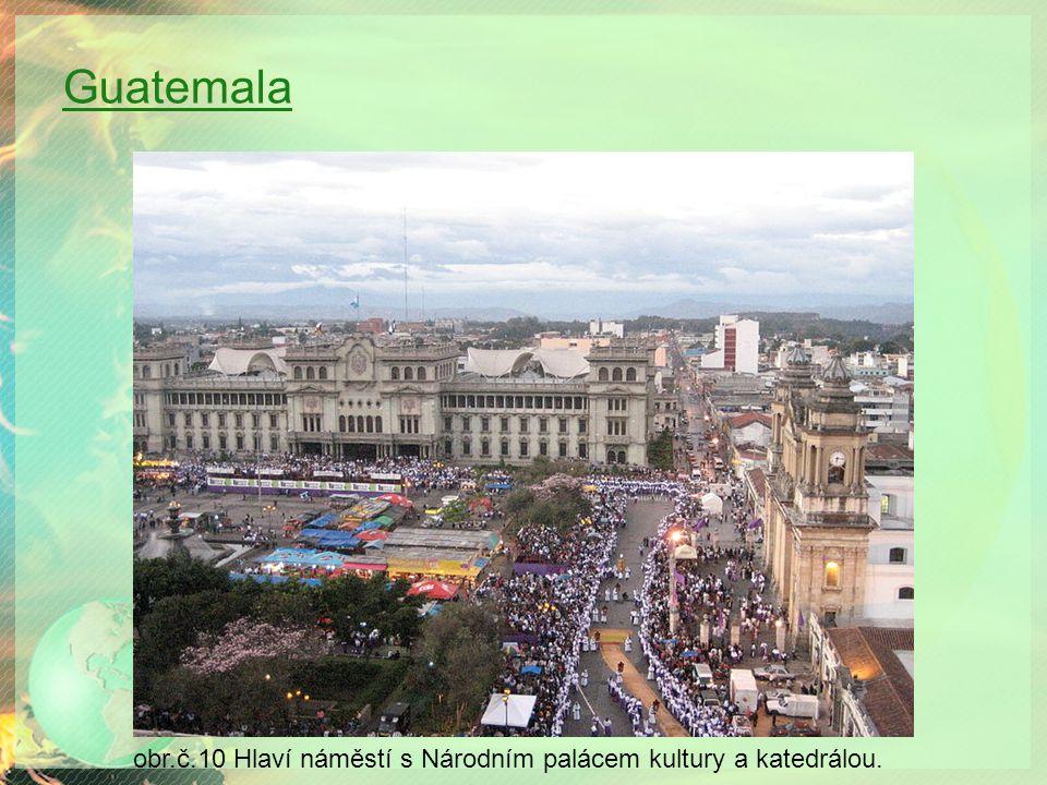 Guatemala obr.č.10 Hlaví náměstí s Národním palácem kultury a katedrálou.