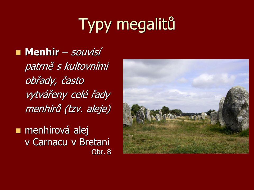 Typy megalitů Menhir – souvisí Menhir – souvisí patrně s kultovními obřady, často vytvářeny celé řady menhirů (tzv. aleje) menhirová alej v Carnacu v