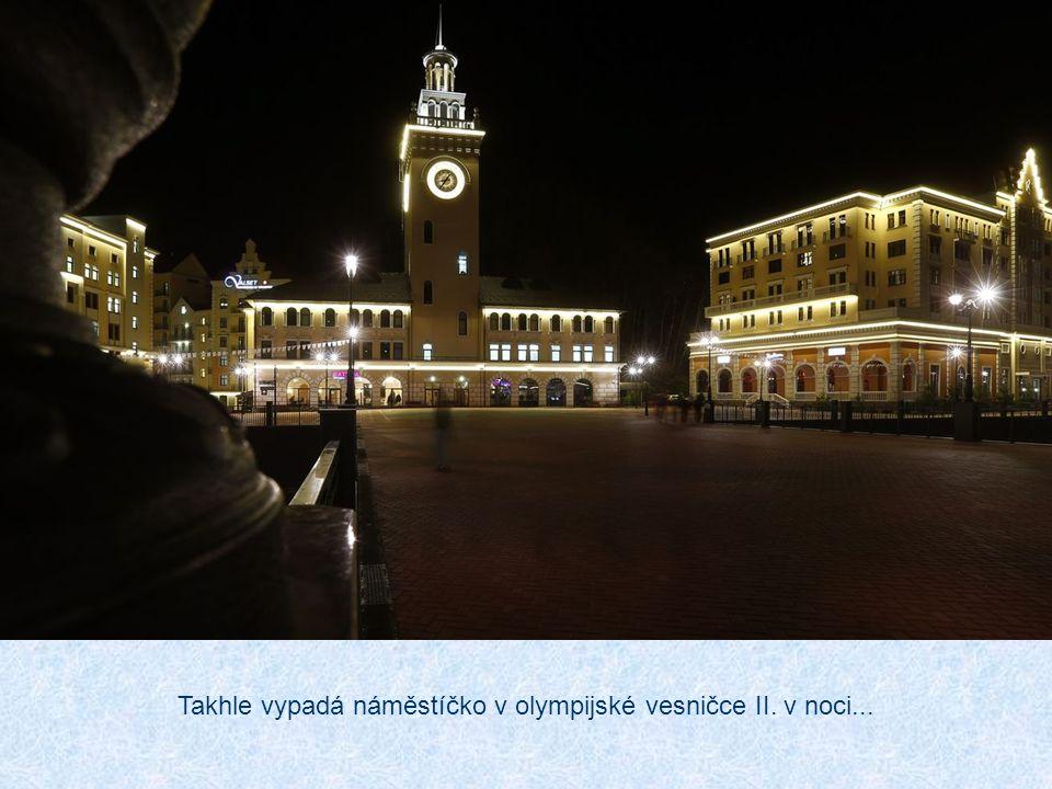 Takhle vypadá náměstíčko v olympijské vesničce II. v noci...