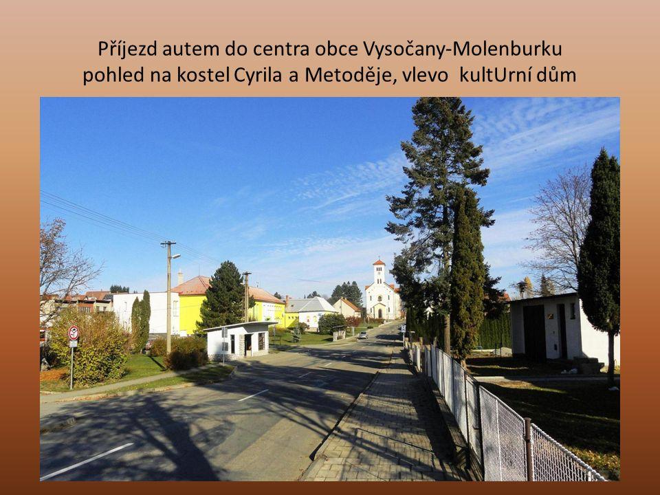 Příjezd autem do centra obce Vysočany-Molenburku pohled na kostel Cyrila a Metoděje, vlevo kultUrní dům