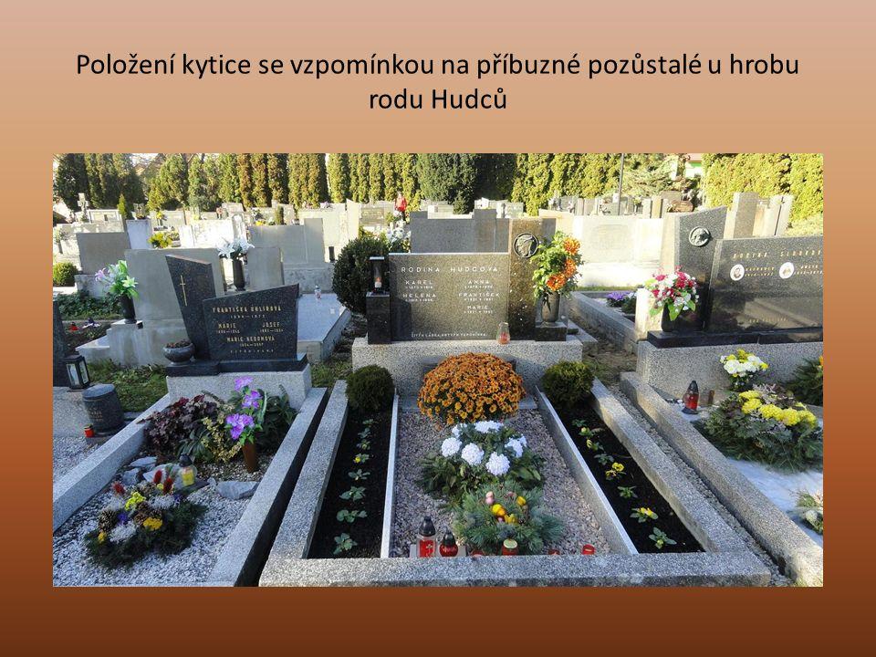 Položení kytice se vzpomínkou na příbuzné pozůstalé u hrobu rodu Hudců