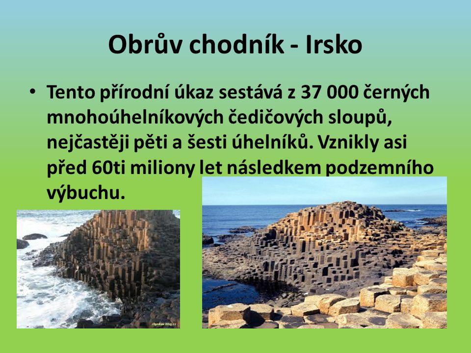 Obrův chodník - Irsko Tento přírodní úkaz sestává z 37 000 černých mnohoúhelníkových čedičových sloupů, nejčastěji pěti a šesti úhelníků.