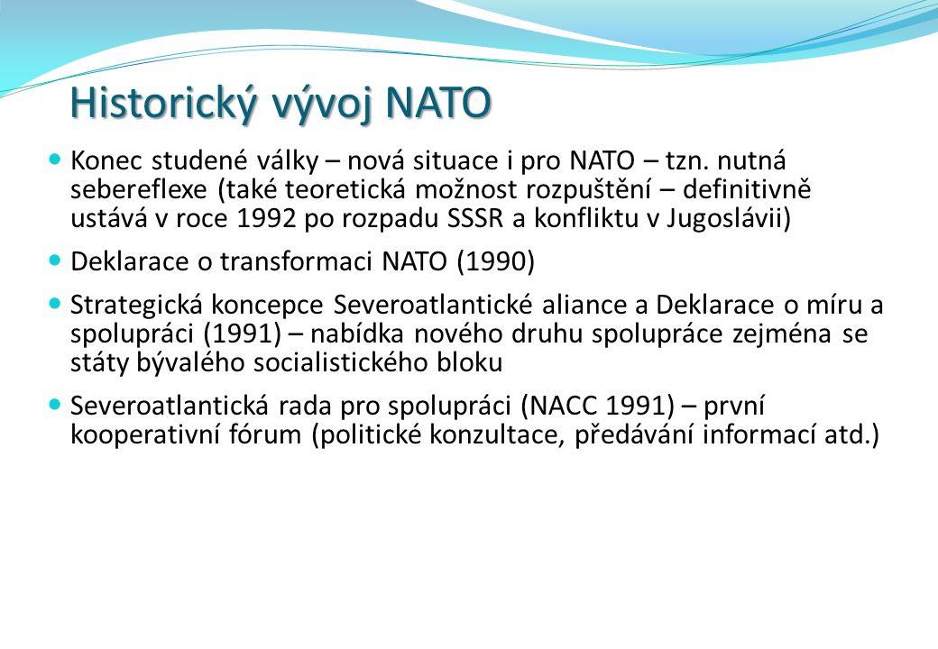 Historický vývoj NATO Konec studené války – nová situace i pro NATO – tzn. nutná sebereflexe (také teoretická možnost rozpuštění – definitivně ustává