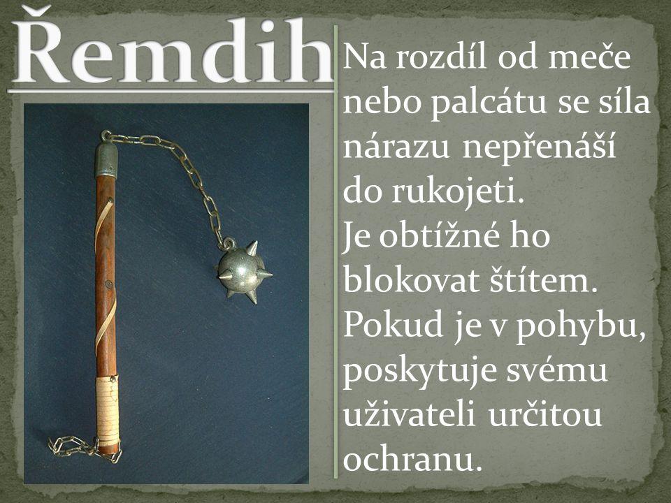Na rozdíl od meče nebo palcátu se síla nárazu nepřenáší do rukojeti.