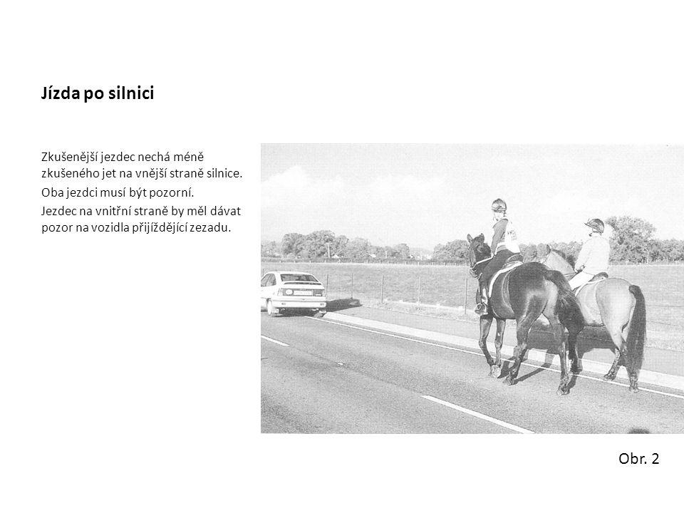Jízda po silnici Zkušenější jezdec nechá méně zkušeného jet na vnější straně silnice. Oba jezdci musí být pozorní. Jezdec na vnitřní straně by měl dáv