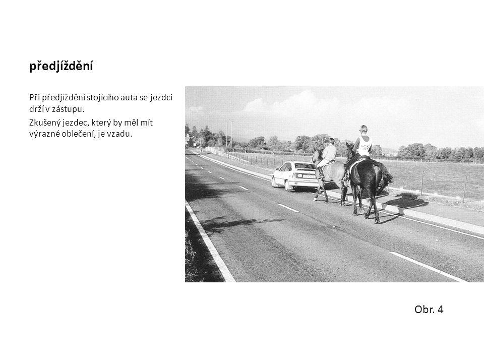 předjíždění Při předjíždění stojícího auta se jezdci drží v zástupu. Zkušený jezdec, který by měl mít výrazné oblečení, je vzadu. Obr. 4