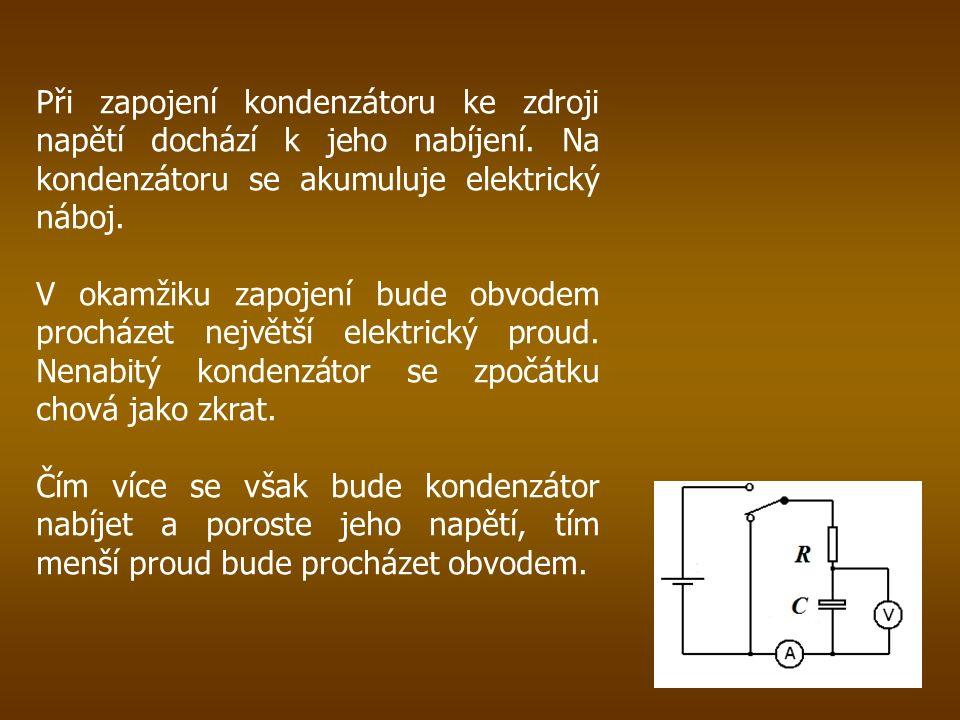 Při zapojení kondenzátoru ke zdroji napětí dochází k jeho nabíjení.