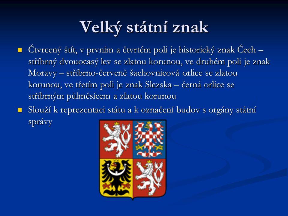 Velký státní znak Čtvrcený štít, v prvním a čtvrtém poli je historický znak Čech – stříbrný dvouocasý lev se zlatou korunou, ve druhém poli je znak Moravy – stříbrno-červeně šachovnicová orlice se zlatou korunou, ve třetím poli je znak Slezska – černá orlice se stříbrným půlměsícem a zlatou korunou Čtvrcený štít, v prvním a čtvrtém poli je historický znak Čech – stříbrný dvouocasý lev se zlatou korunou, ve druhém poli je znak Moravy – stříbrno-červeně šachovnicová orlice se zlatou korunou, ve třetím poli je znak Slezska – černá orlice se stříbrným půlměsícem a zlatou korunou Slouží k reprezentaci státu a k označení budov s orgány státní správy Slouží k reprezentaci státu a k označení budov s orgány státní správy