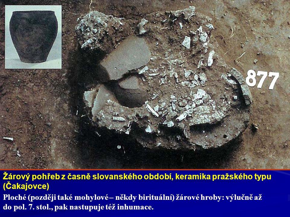 Žárový pohřeb z časně slovanského období, keramika pražského typu (Čakajovce) Ploché (později také mohylové – někdy birituální) žárové hroby: výlučně
