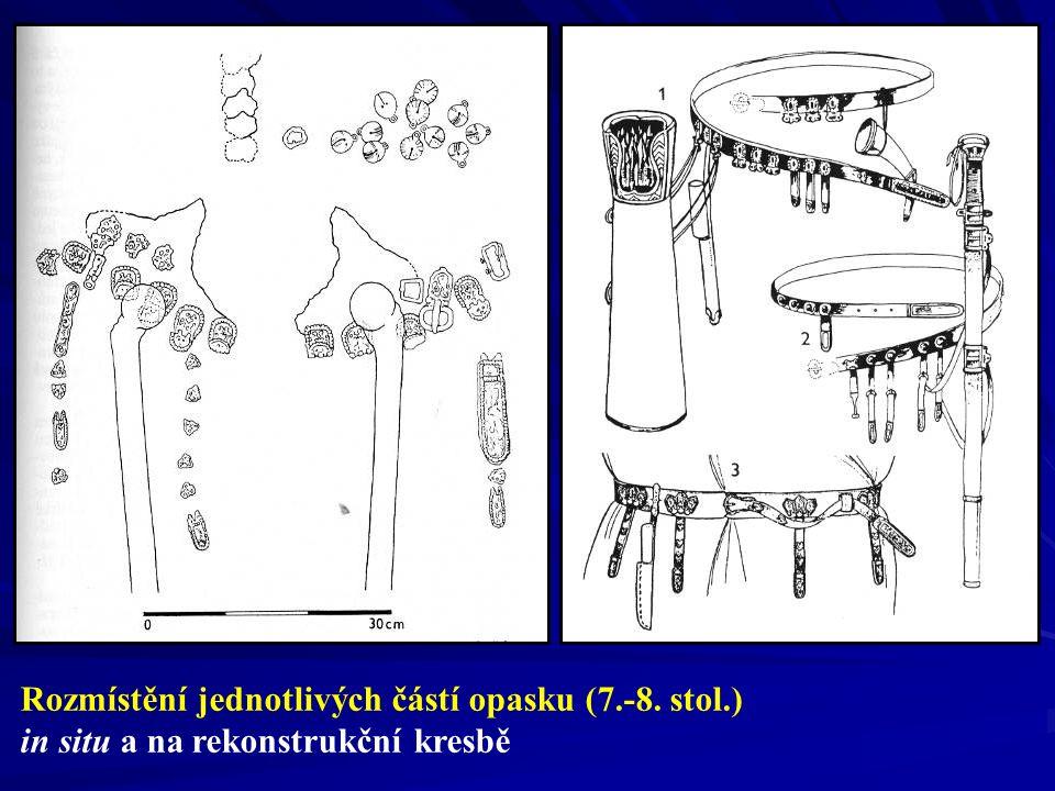 Rozmístění jednotlivých částí opasku (7.-8. stol.) in situ a na rekonstrukční kresbě