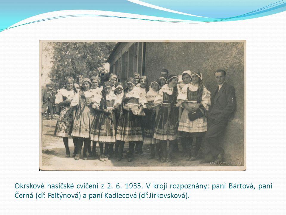 Manželé Hroudovi a Adamcovi před domem čp.74 (nyní ulice zvaná Na Rafandě).