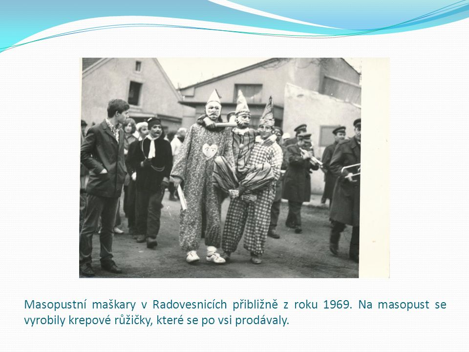 Maškarní průvod s Josefem Prchalem, Zdeňkem Nováčkem a Josefem Mikešem.