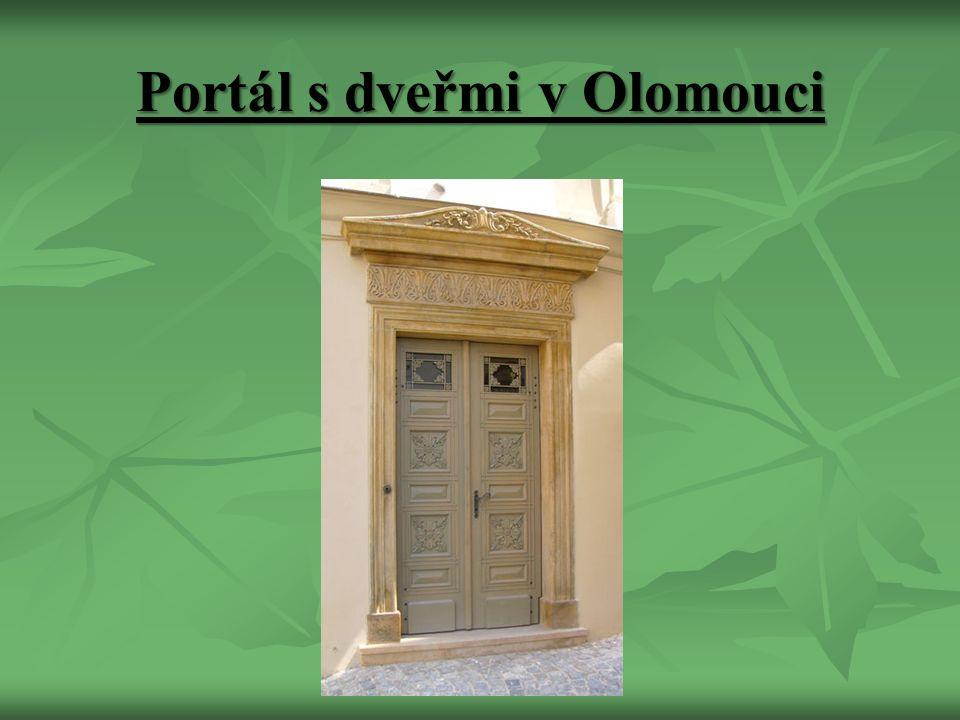 Portál s dveřmi v Olomouci