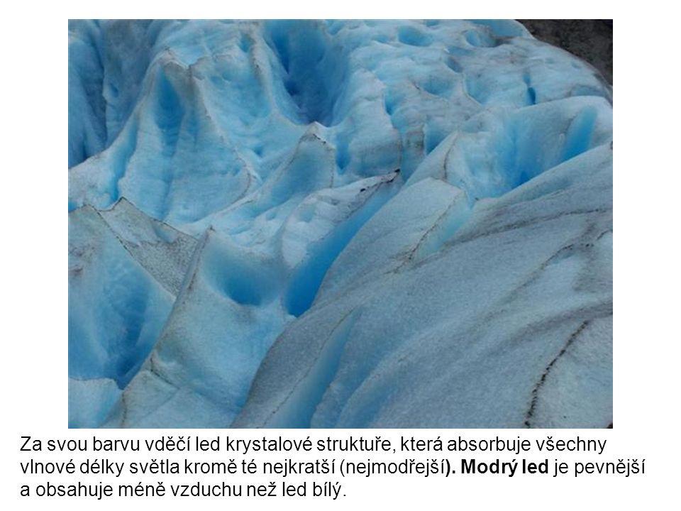 Za svou barvu vděčí led krystalové struktuře, která absorbuje všechny vlnové délky světla kromě té nejkratší (nejmodřejší).