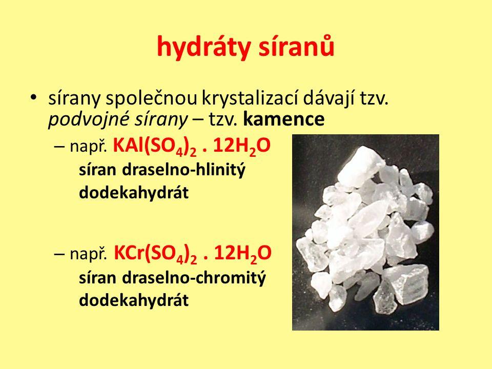 hydráty síranů sírany společnou krystalizací dávají tzv. podvojné sírany – tzv. kamence – např. KAl(SO 4 ) 2. 12H 2 O síran draselno-hlinitý dodekahyd
