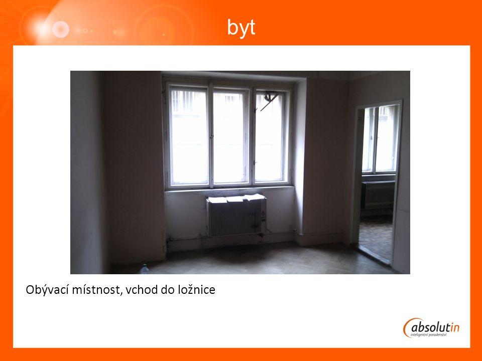 byt Obývací místnost, vchod do předsíně a koupelny