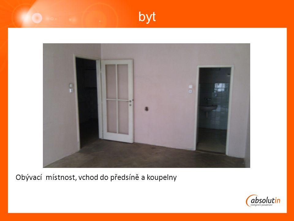 byt Výhled z oken je do dvora, okna jsou nízko, ale dvůr je uzavřený