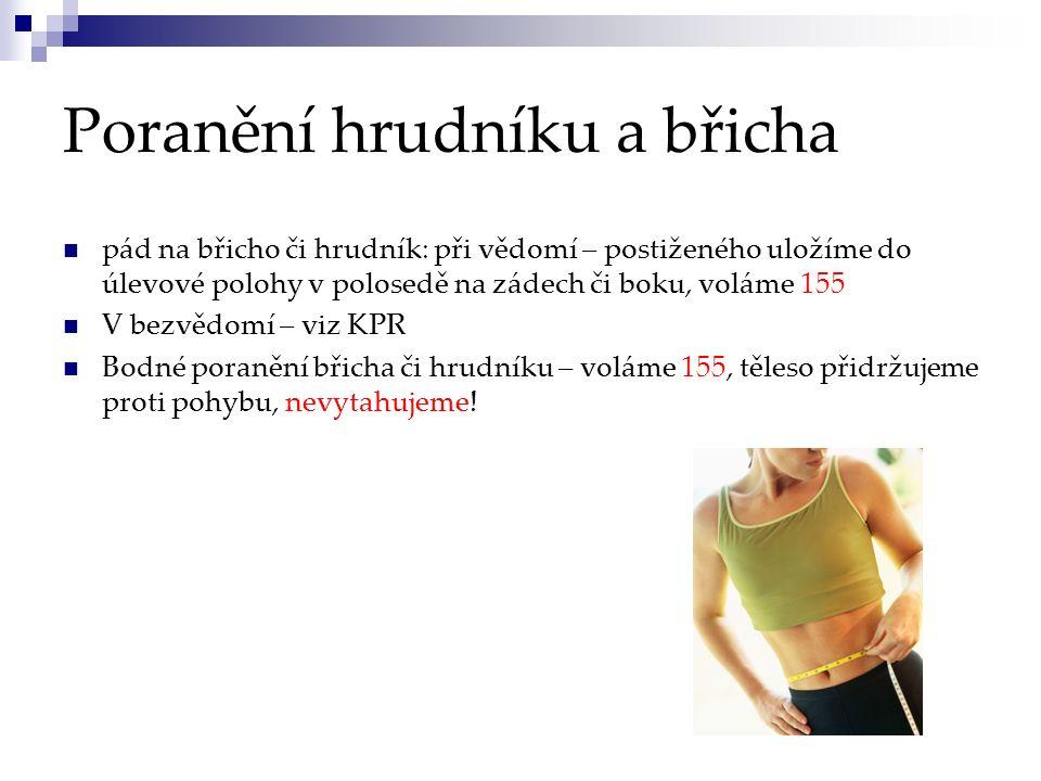 Poranění hrudníku a břicha pád na břicho či hrudník: při vědomí – postiženého uložíme do úlevové polohy v polosedě na zádech či boku, voláme 155 V bez