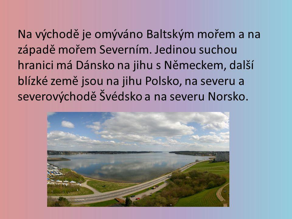 Na východě je omýváno Baltským mořem a na západě mořem Severním. Jedinou suchou hranici má Dánsko na jihu s Německem, další blízké země jsou na jihu P