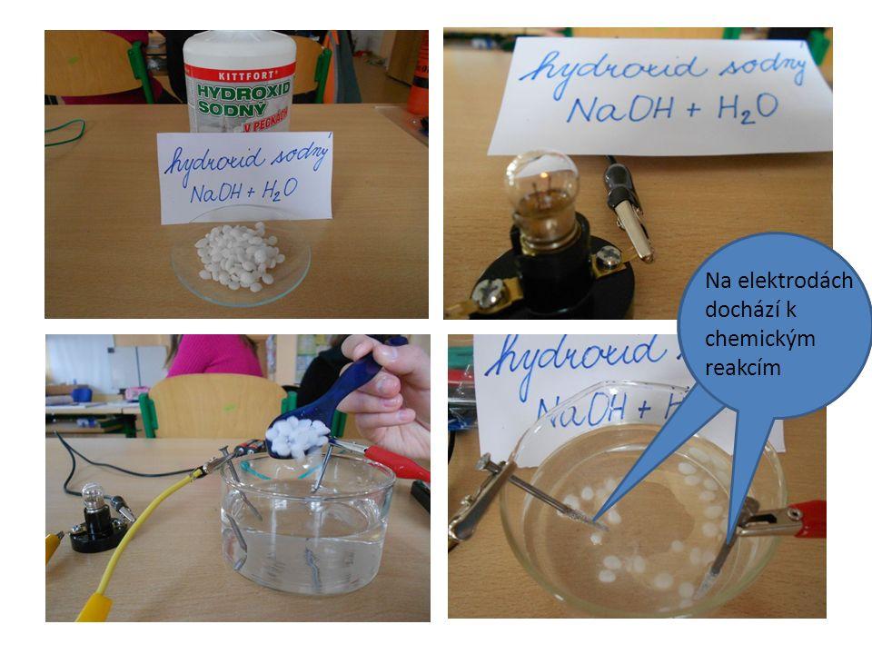 Na elektrodách dochází k chemickým reakcím