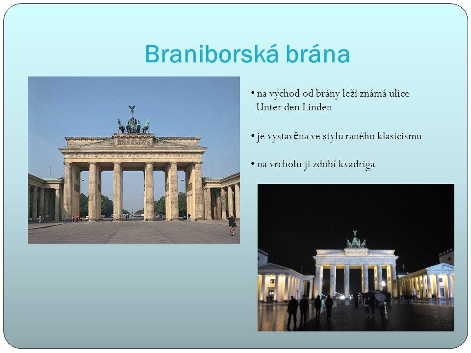 Braniborská brána na východ od brány leží známá ulice Unter den Linden je vystav ě na ve stylu raného klasicismu na vrcholu ji zdobí kvadriga
