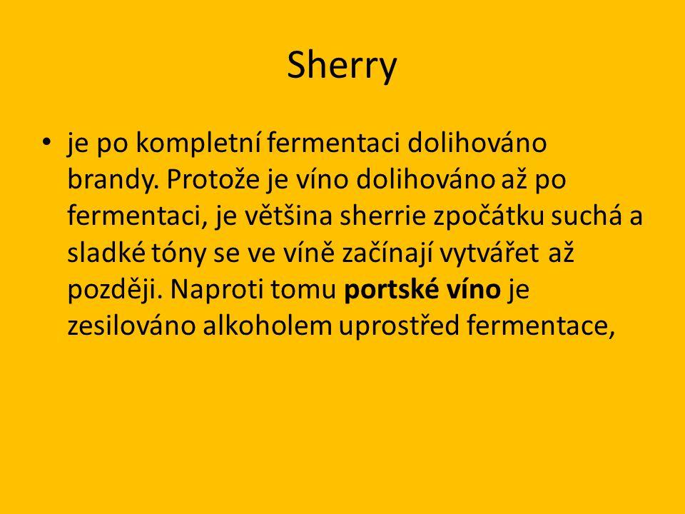 Sherry je po kompletní fermentaci dolihováno brandy.