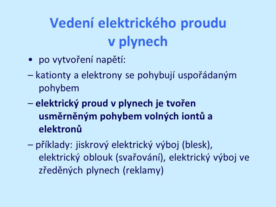 Vedení elektrického proudu v plynech po vytvoření napětí: – kationty a elektrony se pohybují uspořádaným pohybem – elektrický proud v plynech je tvoře