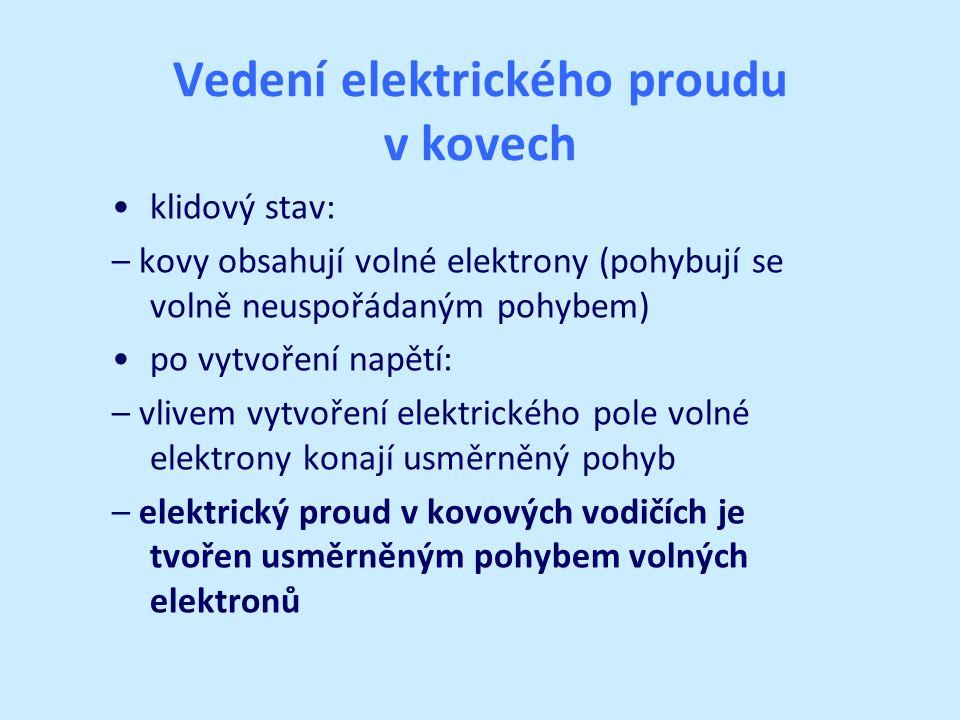 Vedení elektrického proudu v kovech klidový stav: – kovy obsahují volné elektrony (pohybují se volně neuspořádaným pohybem) po vytvoření napětí: – vli
