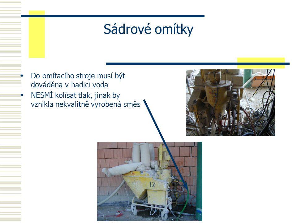 Sádrové omítky  Do omítacího stroje musí být dováděna v hadici voda  NESMÍ kolísat tlak, jinak by vznikla nekvalitně vyrobená směs