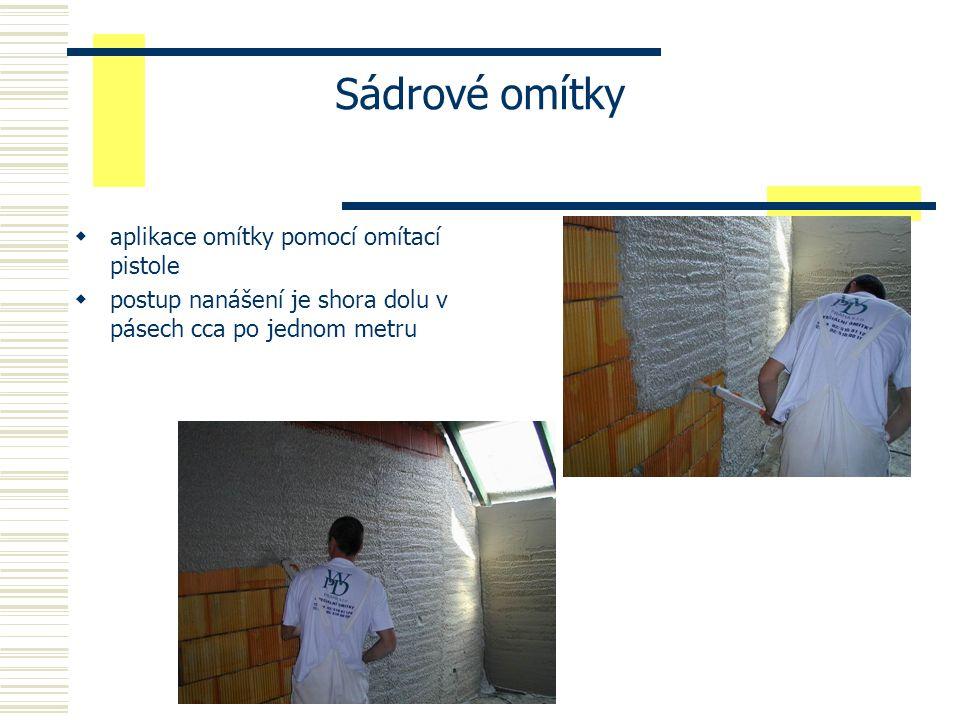 Sádrové omítky  povrchy všech druhů stěn a stropů se před prováděním musejí opatřit penetrací - zaručuje přilnavost omítek  Pozn.: na betonu se mohou vyskytnout po prvním nanesení bubliny  Podkladem pro sádrové omítky mohou být jak lehké plynosilikátové konstrukce, tak i konstrukce zděné z tradičních cihel.