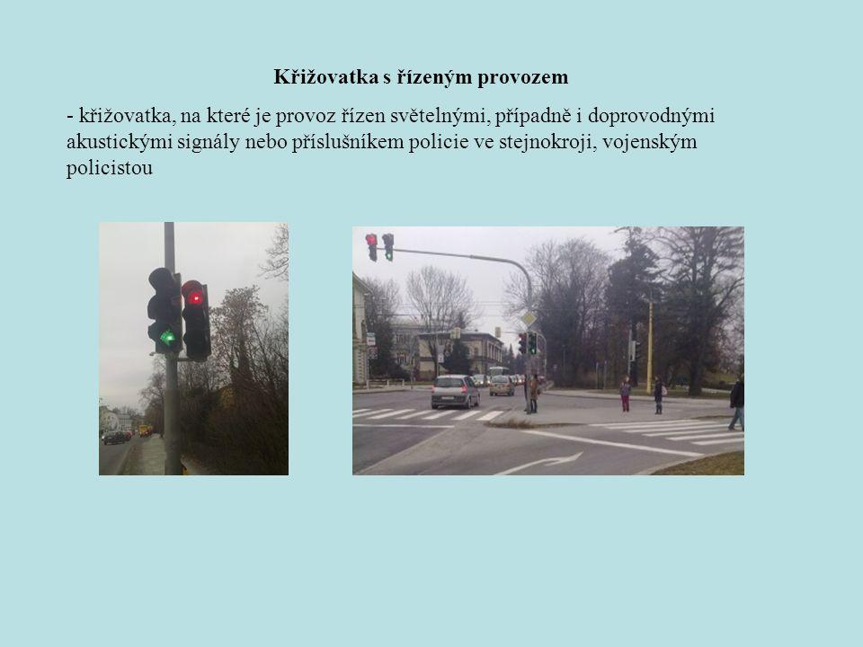 Křižovatka s řízeným provozem - křižovatka, na které je provoz řízen světelnými, případně i doprovodnými akustickými signály nebo příslušníkem policie ve stejnokroji, vojenským policistou