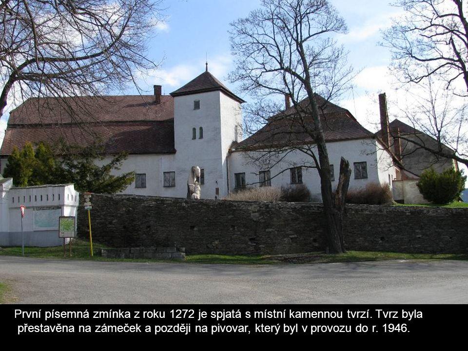 První písemná zmínka z roku 1272 je spjatá s místní kamennou tvrzí.