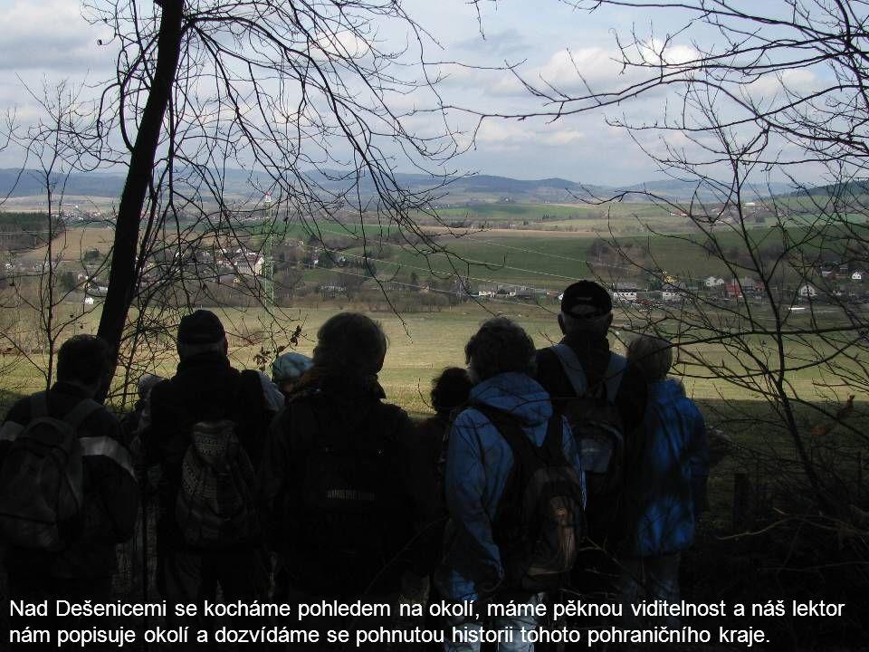 Nad Dešenicemi se kocháme pohledem na okolí, máme pěknou viditelnost a náš lektor nám popisuje okolí a dozvídáme se pohnutou historii tohoto pohraničního kraje.