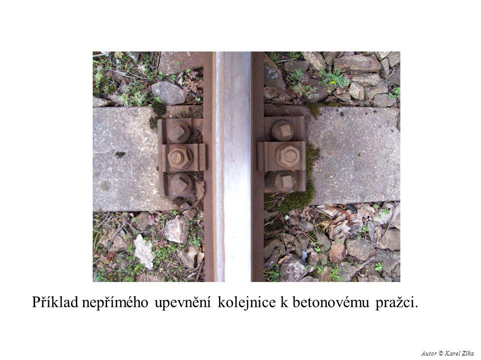 Příklad nepřímého upevnění kolejnice k betonovému pražci. Autor © Karel Zíka