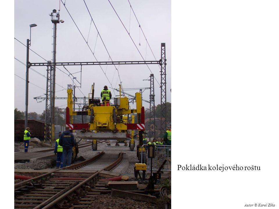 Pokládka kolejového roštu Autor © Karel Zíka