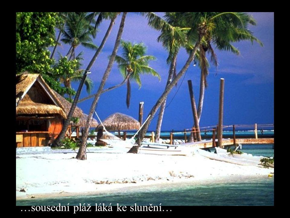 …sousední pláž láká ke slunění…