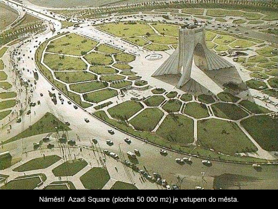 Náměstí Azadi Square (plocha 50 000 m 2 ) je vstupem do města.